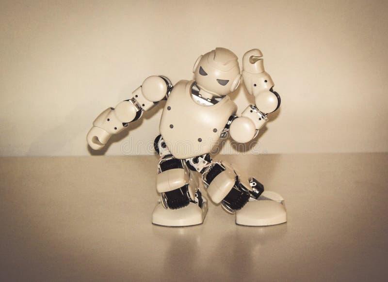 Μικρά ρομπότ cyborg, humanoids με το πρόσωπο και χοροί σωμάτων στη μουσική στοκ εικόνα με δικαίωμα ελεύθερης χρήσης