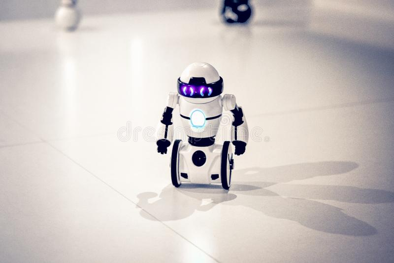Μικρά ρομπότ, humanoid με τις μικρές ρόδες αντί των ποδιών και των φωτεινών ματιών στοκ εικόνες