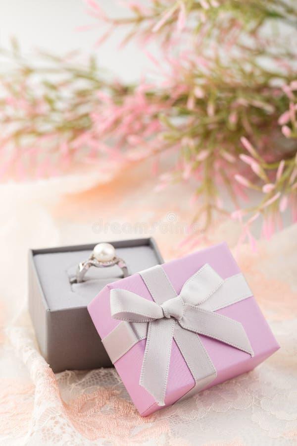 Μικρά ρόδινα κιβώτια δώρων κοσμήματος με το τόξο στο υπόβαθρο δαντελλών στοκ φωτογραφία με δικαίωμα ελεύθερης χρήσης
