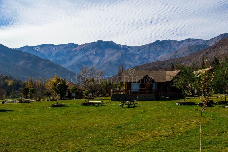 Μικρά σπίτια ξενοδοχείων στα βουνά στοκ εικόνες