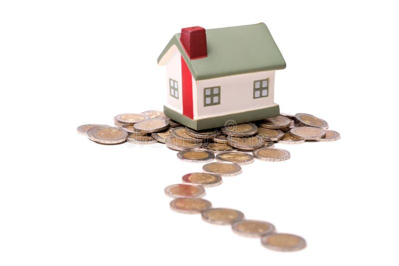 Μικρά σπίτι και νομίσματα στοκ φωτογραφία με δικαίωμα ελεύθερης χρήσης