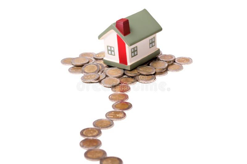 Μικρά σπίτι και νομίσματα στοκ φωτογραφία