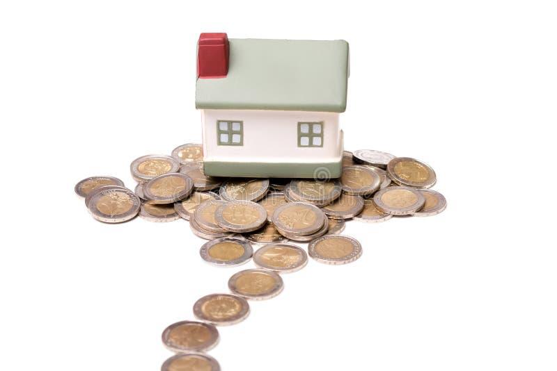 Μικρά σπίτι και νομίσματα στοκ εικόνες
