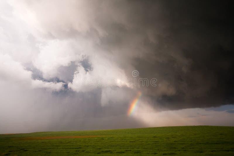 Μικρά σύννεφα ουράνιων τόξων & θύελλας στοκ φωτογραφία
