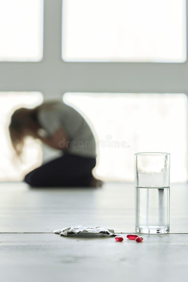 Μικρά χάπια στο άσπρο πάτωμα στοκ φωτογραφία με δικαίωμα ελεύθερης χρήσης