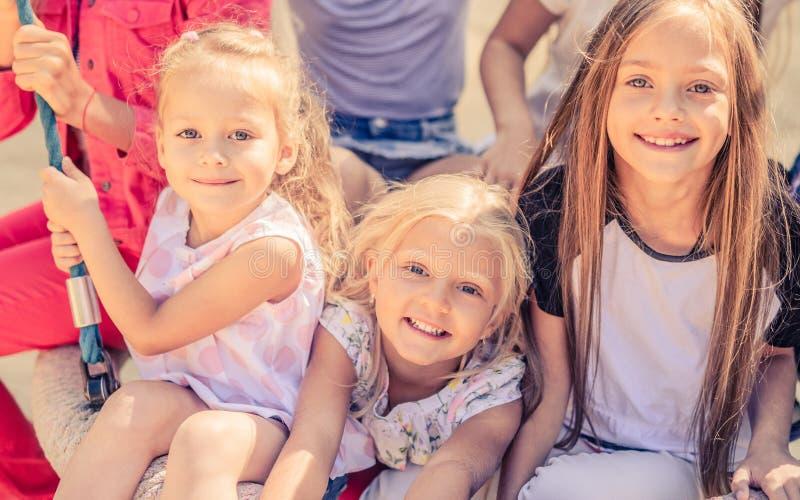 Μικρά χαμογελώντας κορίτσια στοκ εικόνα με δικαίωμα ελεύθερης χρήσης