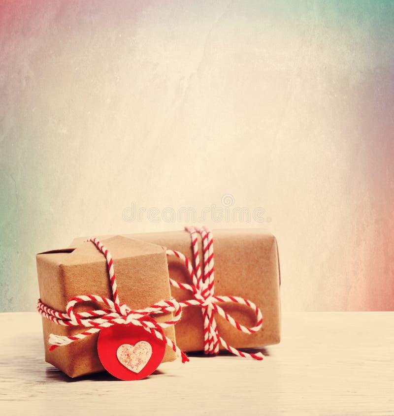 Μικρά χειροποίητα κιβώτια δώρων στο υπόβαθρο κρητιδογραφιών στοκ φωτογραφία με δικαίωμα ελεύθερης χρήσης