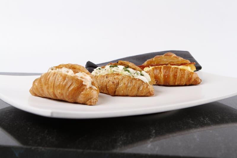 Μικρά croissants που γεμίζουν με το τυρί, το σολομό και τα αυγά κρέμας στοκ φωτογραφία με δικαίωμα ελεύθερης χρήσης