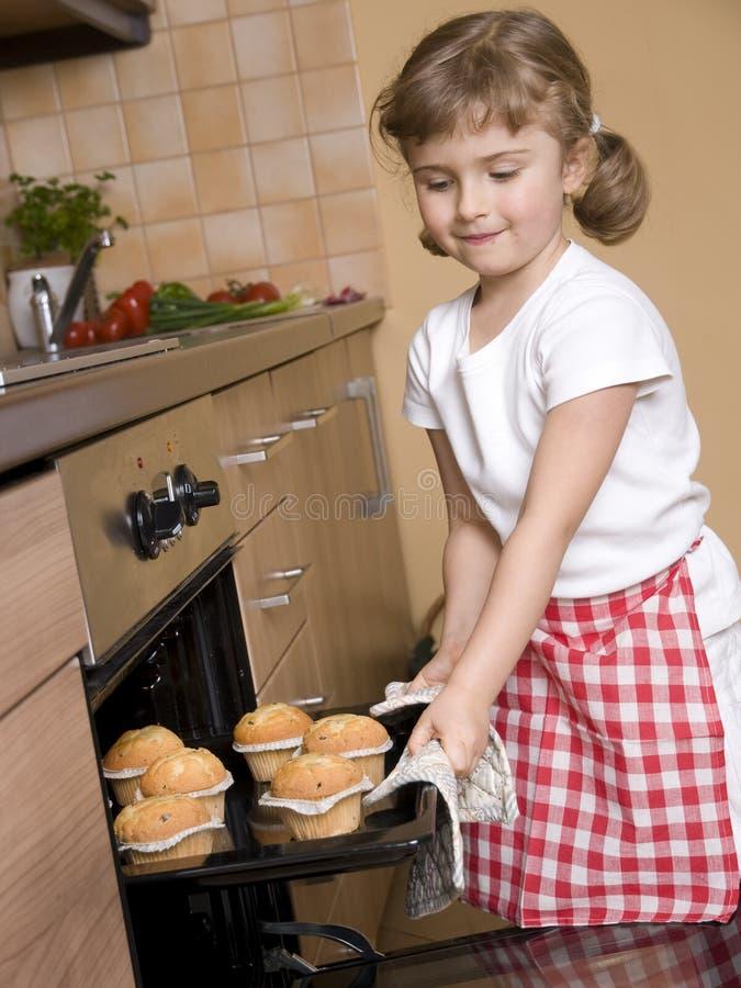 μικρά muffins κοριτσιών ψησίματος στοκ φωτογραφίες με δικαίωμα ελεύθερης χρήσης