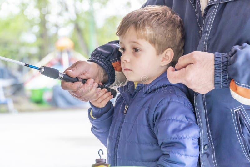 Μικρά palying ψάρια παιδιών ο ducky στοκ εικόνα με δικαίωμα ελεύθερης χρήσης