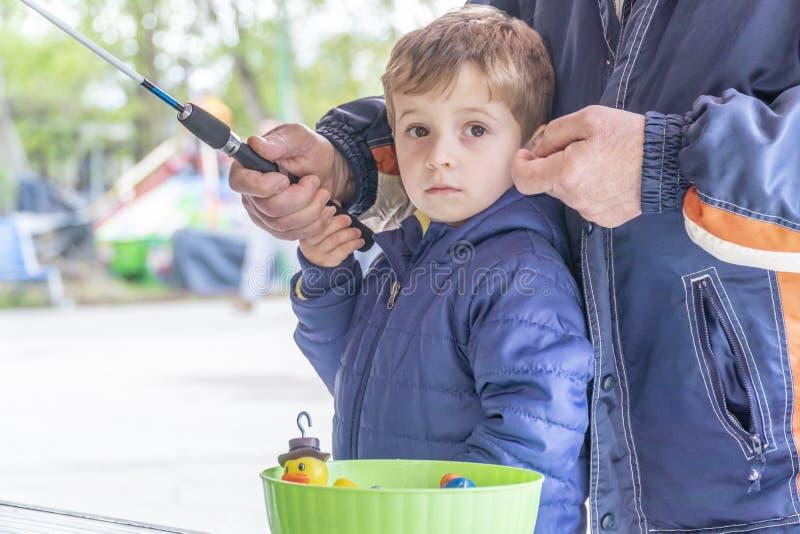 Μικρά palying ψάρια παιδιών ο ducky στοκ εικόνες με δικαίωμα ελεύθερης χρήσης