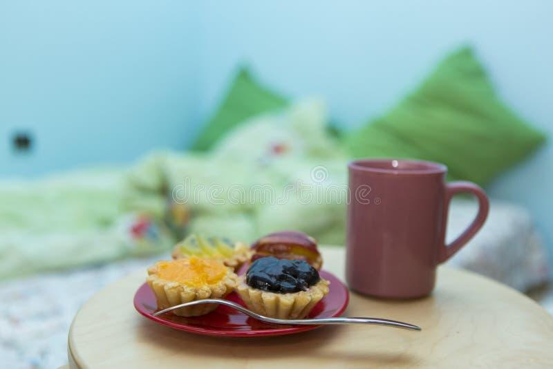 Μικρά tarts κερασιών, ακτινίδιων και ανανά στοκ εικόνες