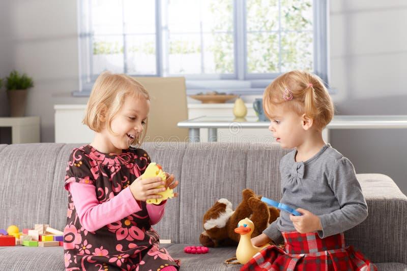 Μικρές αδελφές που παίζουν μαζί στο σπίτι στοκ φωτογραφίες με δικαίωμα ελεύθερης χρήσης