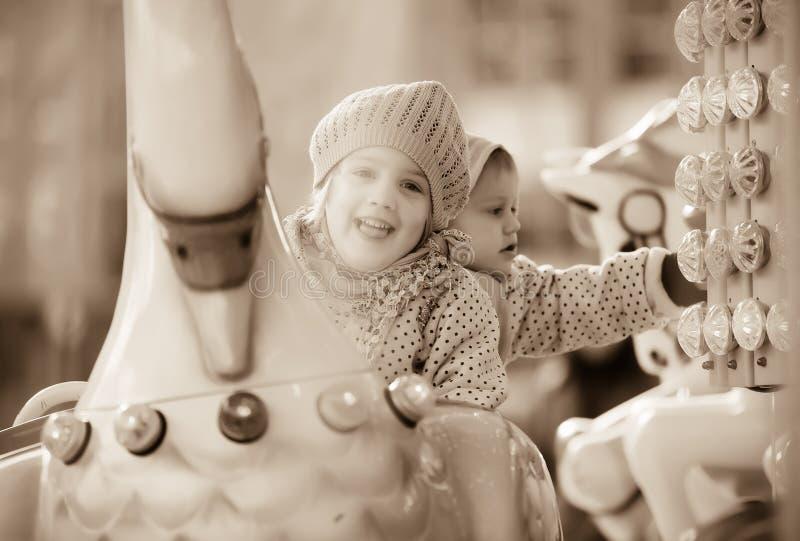 Μικρές αδελφές που γελούν στη διασταύρωση κυκλικής κυκλοφορίας στοκ φωτογραφία με δικαίωμα ελεύθερης χρήσης