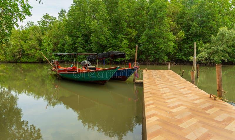 Μικρές βάρκες και κανάλι στο δάσος στοκ εικόνες