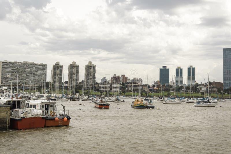 Μικρές βάρκες και sailboats στην ακτή του Μοντεβίδεο Puerto που βουτά στην Ουρουγουάη στοκ φωτογραφίες με δικαίωμα ελεύθερης χρήσης
