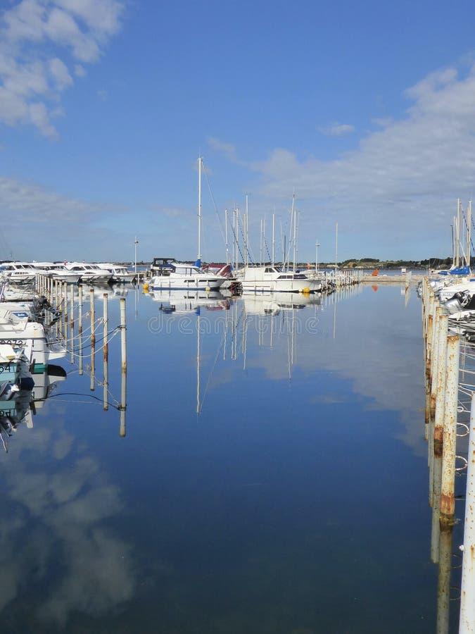 Μικρές βάρκες που δένονται στο λιμάνι στοκ εικόνα με δικαίωμα ελεύθερης χρήσης