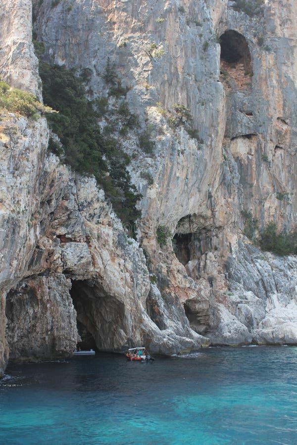 Μικρές βάρκες που εισάγονται σε μια σπηλιά στο εθνικό πάρκο του Κόλπου Orosei και Gennargentu - Σαρδηνία στοκ φωτογραφίες με δικαίωμα ελεύθερης χρήσης
