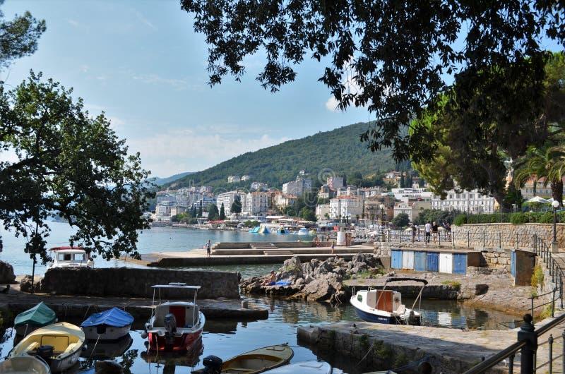 Μικρές βάρκες που επιπλέουν σε μια αποβάθρα σε Opatija στην Κροατία στοκ εικόνες με δικαίωμα ελεύθερης χρήσης
