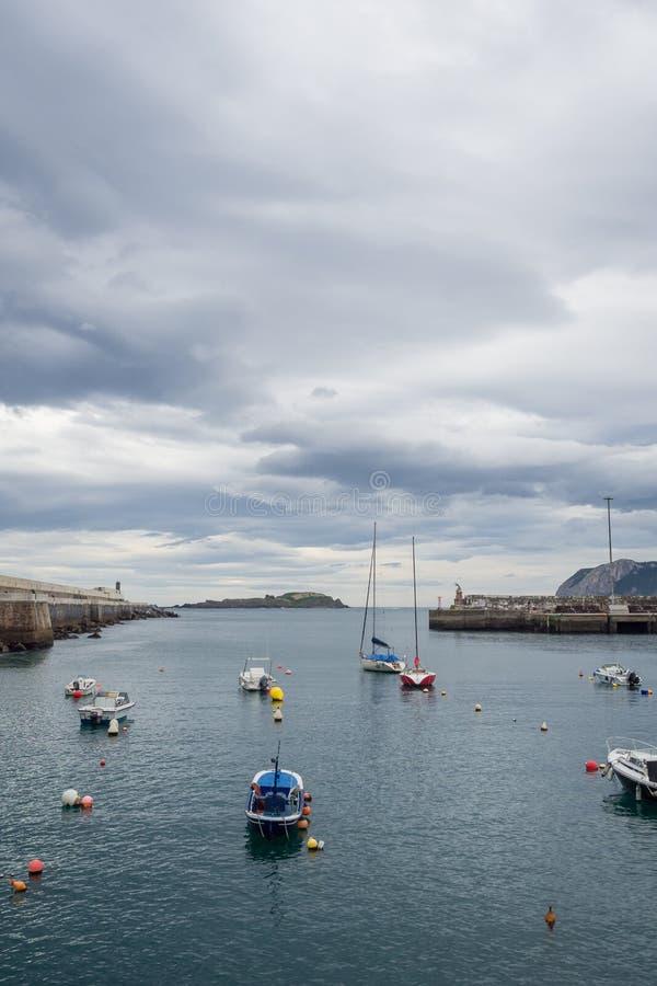 Μικρές βάρκες στην είσοδο του λιμένα αλιείας Bermeo στην ακτή Vizcaya μια νεφελώδη ημέρα στοκ φωτογραφία με δικαίωμα ελεύθερης χρήσης