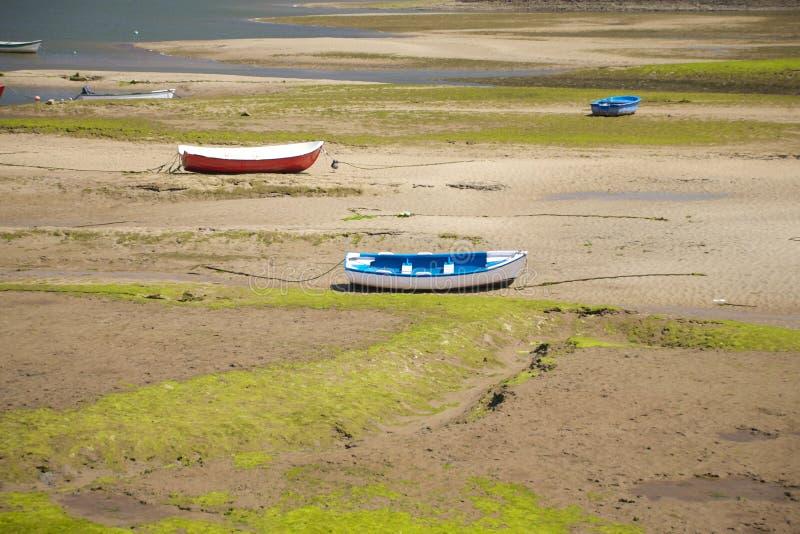 Μικρές βάρκες στο έδαφος εδάφους στοκ εικόνες