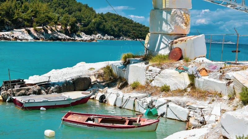 Μικρές βάρκες στο μαρμάρινο ναυπηγείο στοκ φωτογραφία με δικαίωμα ελεύθερης χρήσης