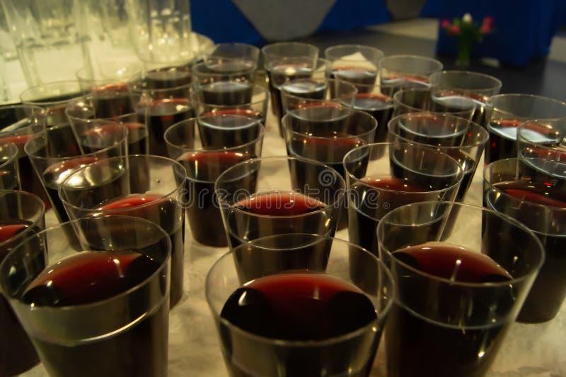Μικρές γουλιές του κόκκινου κρασιού στοκ εικόνα με δικαίωμα ελεύθερης χρήσης