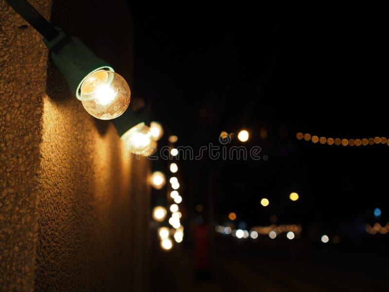 Μικρές κίτρινες λάμπες φωτός που διακοσμούνται στους δημόσιους τοίχους στοκ εικόνες