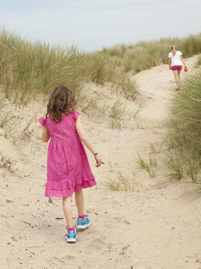 Μικρές κορίτσι και γυναίκα που περπατούν μέσω των αμμόλοφων άμμου στοκ φωτογραφία με δικαίωμα ελεύθερης χρήσης