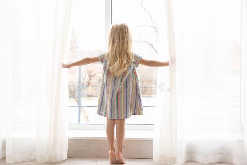 Μικρές κουρτίνες ανοίγματος κοριτσιών στοκ φωτογραφία με δικαίωμα ελεύθερης χρήσης