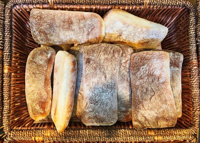 Μικρές ξεσκονισμένες αλεύρι φραντζόλες ψωμιού στοκ φωτογραφία
