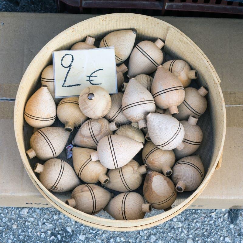 Μικρές ξύλινες περιστρεφόμενες κορυφές στοκ εικόνες με δικαίωμα ελεύθερης χρήσης