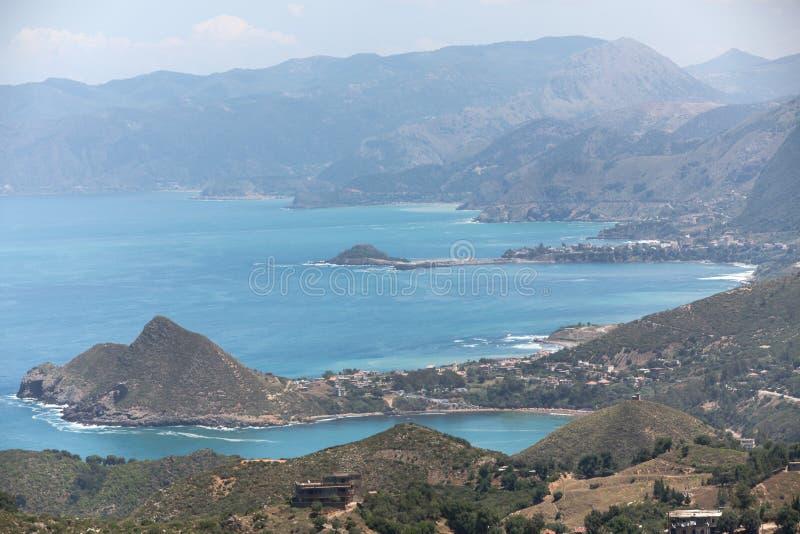 Μικρές του χωριού βουνό και παραλία της αλγερινής ακτής σε Kabylia στοκ φωτογραφία με δικαίωμα ελεύθερης χρήσης