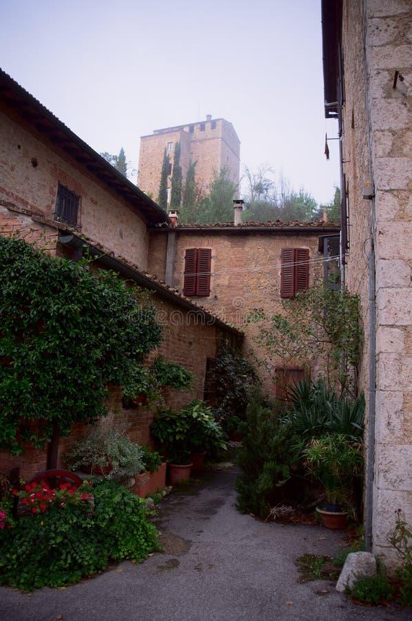 Μικρή άνετη ιταλική αυλή. στοκ εικόνες με δικαίωμα ελεύθερης χρήσης