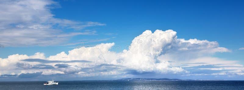 Μικρή βάρκα και μεγάλος ουρανός στοκ φωτογραφία με δικαίωμα ελεύθερης χρήσης