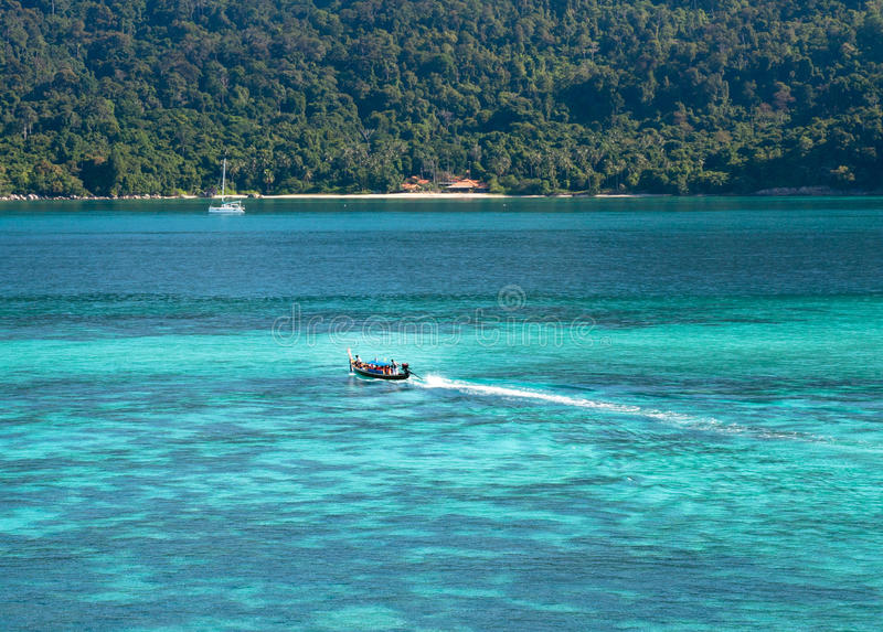 Μικρή βάρκα με την μπλε θάλασσα στοκ εικόνα