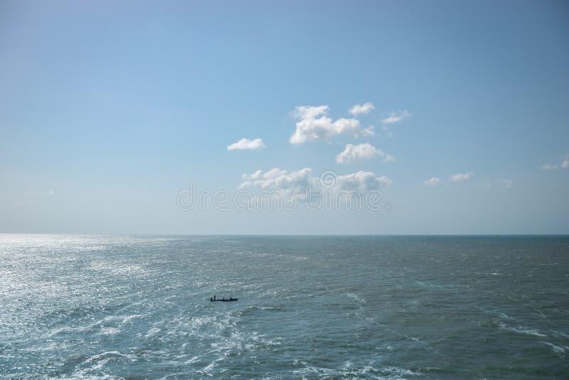 Μικρή βάρκα στη θάλασσα στοκ εικόνες