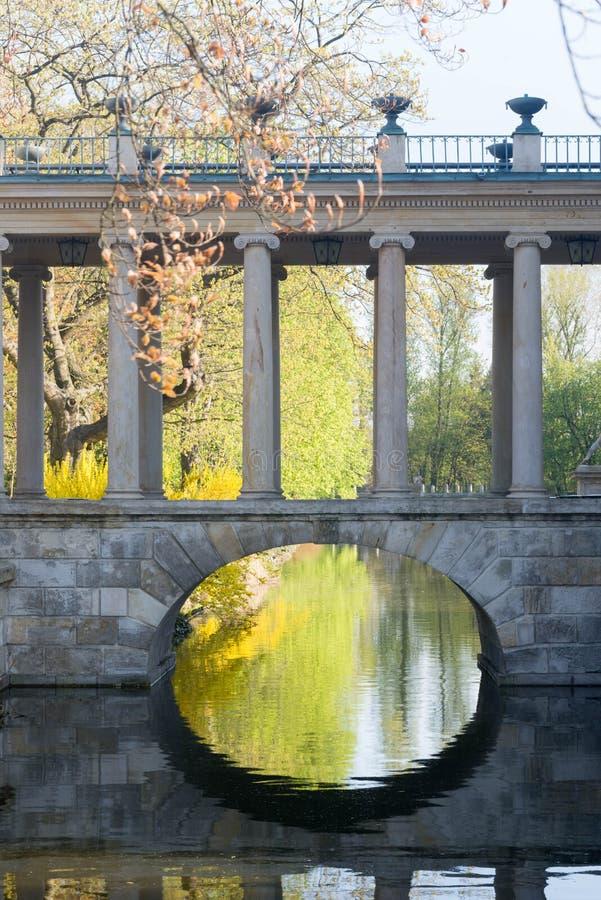 Μικρή γέφυρα πετρών στο πάρκο Lazienki στοκ φωτογραφία