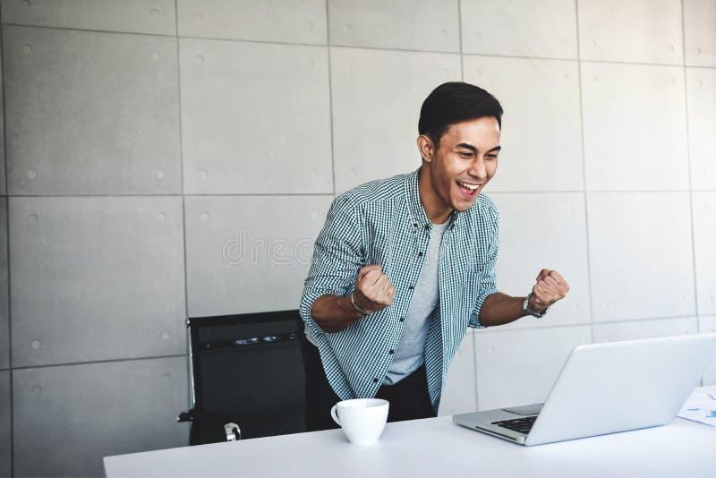 Μικρή επιχείρηση και επιτυχής έννοια Νέος ασιατικός επιχειρηματίας Glad για να λάβει τις καλές ειδήσεις ή τα υψηλά κέρδη στοκ εικόνες με δικαίωμα ελεύθερης χρήσης