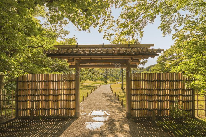 Μικρή εσωτερική πύλη μπαμπού του κήπου Rikugien κάτω από το μ στοκ εικόνες