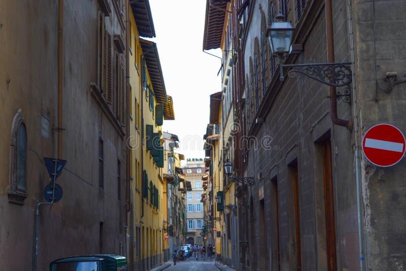 Μικρή και στενή οδός στη μέση της Φλωρεντίας της Φλωρεντίας, Ιταλία στοκ φωτογραφίες