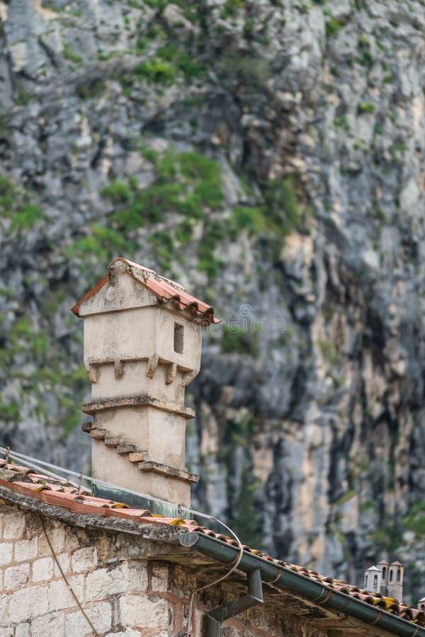 Μικρή καπνοδόχος στην παλαιά πόλη Kotor στοκ φωτογραφία με δικαίωμα ελεύθερης χρήσης