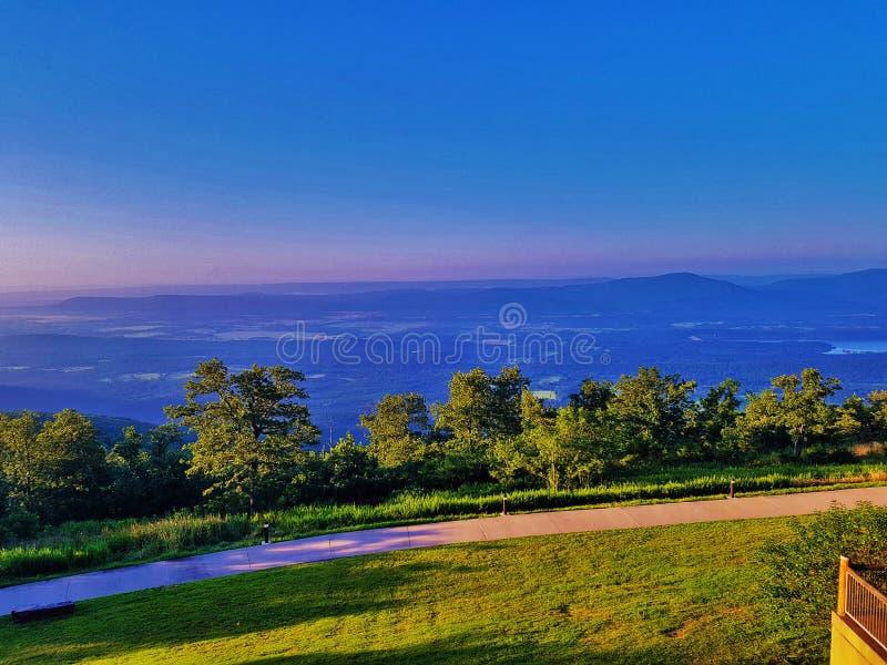 Μικρή κοιλάδα ποταμών του Jean και μπλε λίμνη βουνών στοκ φωτογραφία με δικαίωμα ελεύθερης χρήσης