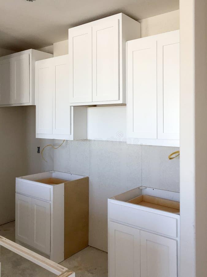 Μικρή κουζίνα ενός καινούργιου σπιτιού κάτω από την κατασκευή στοκ εικόνα