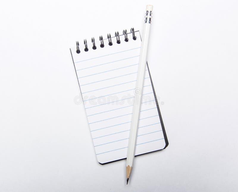 Μικρή κυβερνημένη σπείρα - συνδεδεμένα σημειωματάριο και μολύβι στοκ εικόνες