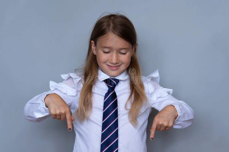 Μικρή μαθήτρια που δείχνει κάτω από το πορτρέτο στοκ φωτογραφία με δικαίωμα ελεύθερης χρήσης