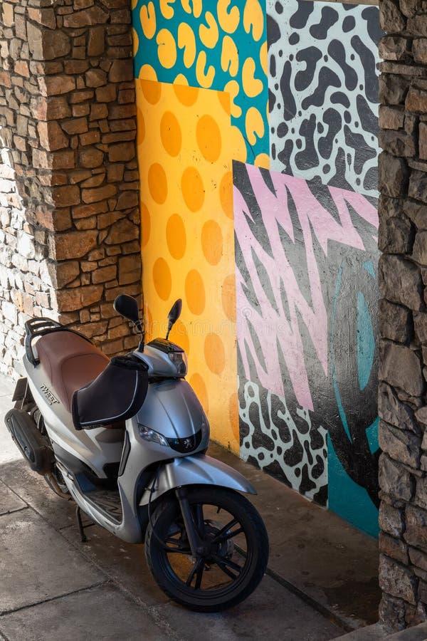 Μικρή μοτοσικλέτα που σταθμεύουν σε μια αλέα με τους διακοσμημένους τοίχους στο Μπρίστολ στις 14 Μαΐου 2019 στοκ φωτογραφίες με δικαίωμα ελεύθερης χρήσης