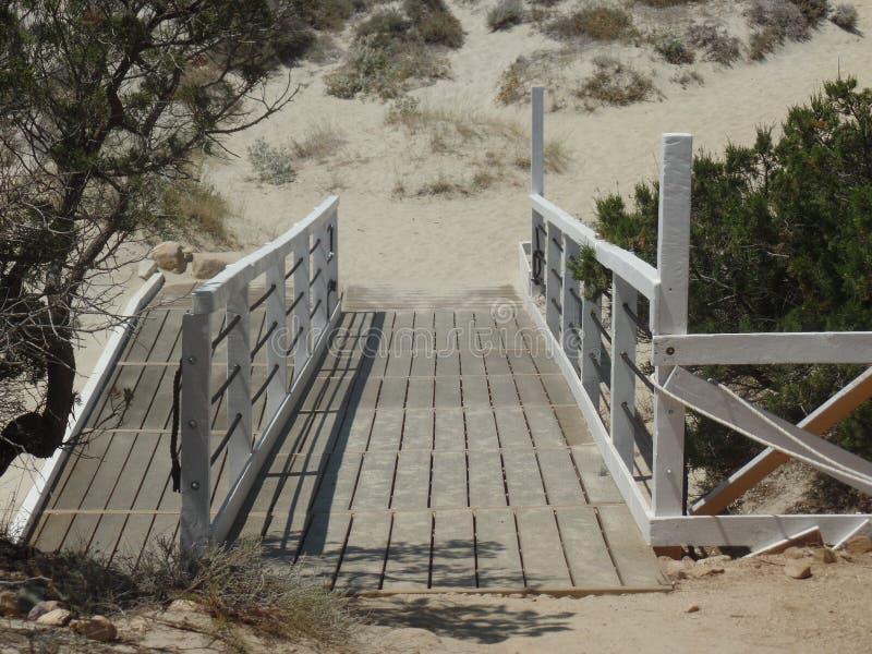 Μικρή ξύλινη γέφυρα από τους αμμόλοφους άμμου στοκ φωτογραφία με δικαίωμα ελεύθερης χρήσης