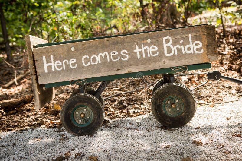 Μικρή ξύλινη μεταφορά χεριών για μια νύφη στοκ φωτογραφία με δικαίωμα ελεύθερης χρήσης