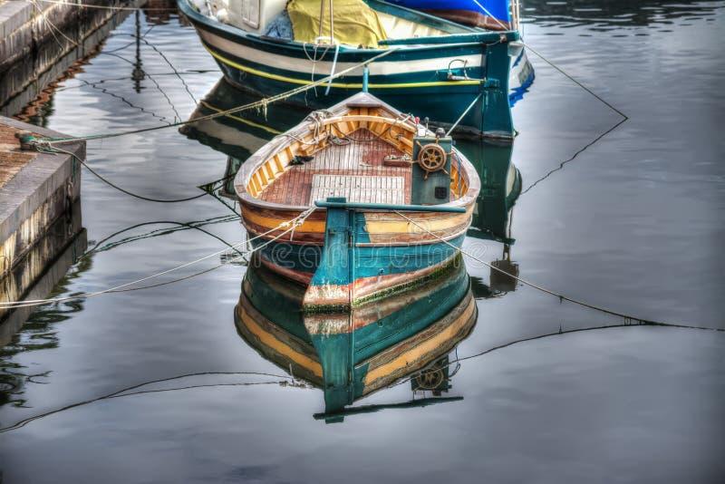 Μικρή ξύλινη βάρκα που δένεται στον ποταμό Temo στοκ εικόνα